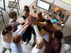 cercle de personnes au travail, mains reunit aux dessus d'eux , au centre du cercle