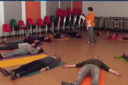 groupe allongé par terre pour un moment de relaxation