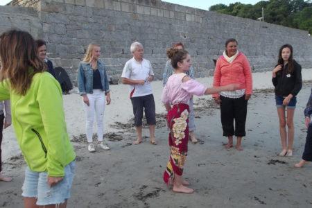 jeu de groupe sur la plage, les personne sont en cercle , ils sont désigné par une personne au centre du cercle et la personne doit faire la tête d'un lapin qui a peur, les voisins lui font ses oreilles avec chacun une main de chaque coté