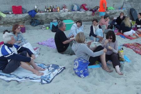 le groupe fait un pique nique sur la plage