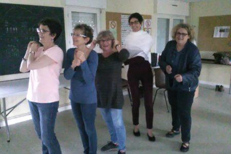 photo de 5 femmes, pendant l'exercice des statues, il faut se figer dans une posture pour prendre la photo